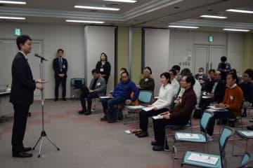 「まちづくり未来研究所」の1回目会合であいさつする熊谷市長(左)=18日、千葉市中央区