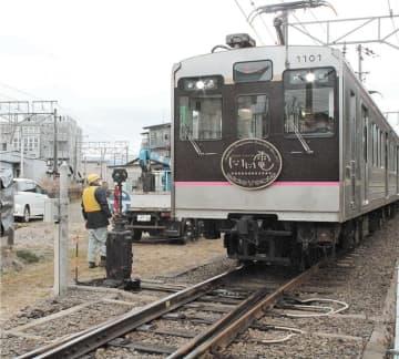 交換したポイントを通過する福島交通飯坂線の上り列車=18日午前11時55分ごろ、福島市森合台の美術館図書館前駅