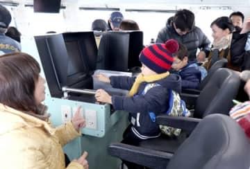 多くの親子連れらが訪れた巡視艇「たつぎり」の一般公開=18日、上越市