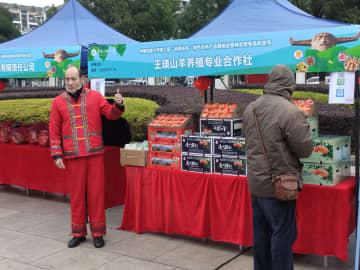 消費で貧困救済 湖北省の大学で正月用品販売イベント開催