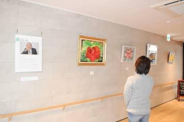 通路に展示されている障害者アート=横須賀市佐島のマゼラン湘南佐島