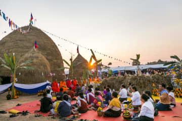 わらの飾り物も登場 稲の収穫を祝う祭り開催 ラオス