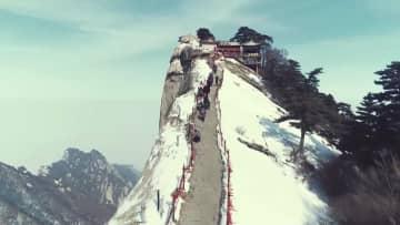 雪化粧した華山が観光客を魅了 陝西省渭南市