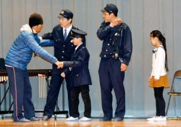 110番の正しい利用を伝える寸劇を披露する八幡浜署員や神山小の児童