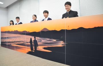 48枚の写真を貼り合わせた全長5メートルの大作の風景写真=平塚市
