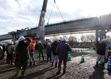 (仮称)新小谷木橋の桁架設作業を見守る地元住民ら