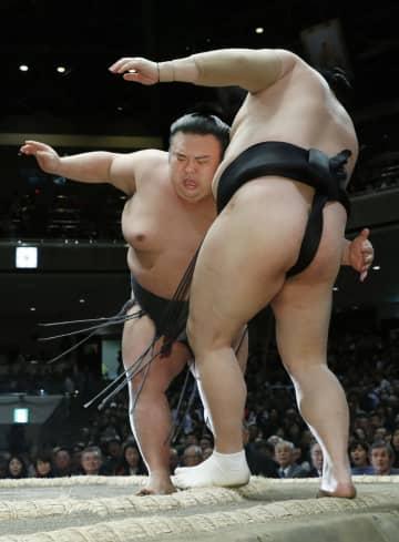 貴景勝(左)が寄り切りで隠岐の海を下す=両国国技館