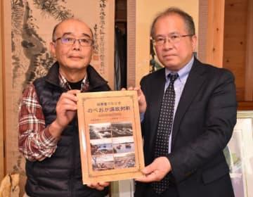 写真絵はがきをまとめた書籍を出版した甲斐盛豊さん(左)と編集に携わった馬場和久さん