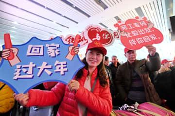出稼ぎ労働者が特別列車「平安返郷」号で帰省 福建省