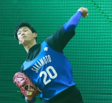 力強い投球をブルペンで見せた坂本=横須賀市夏島町の2軍施設「DOCK」