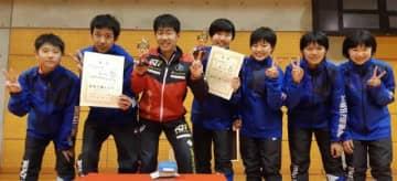 県勢で初めて女子エペで全国選抜出場を決めた宮崎南女子と、サーブルで3年連続出場権を獲得した同男子(同校提供)