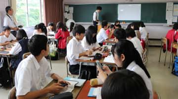 生徒が保有するスマートフォンを活用した授業=県立生田高校(県教委提供)