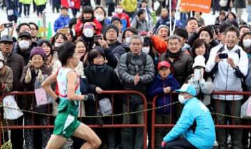 マラソンで東京五輪出場を目指す埼玉の設楽(手前)に大きな声援を送る沿道のファンたち(撮影・安部慶彦)