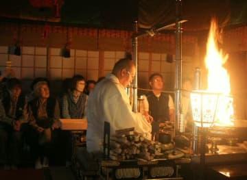 護摩だきに参加する観光客ら=2018年10月、国東市国東町大恩寺の文殊仙寺
