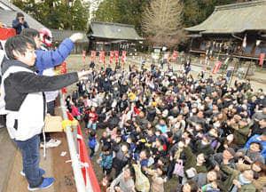 大勢の参拝客に福豆がまかれた節分追儺祭=19日午後、白河市・鹿嶋神社
