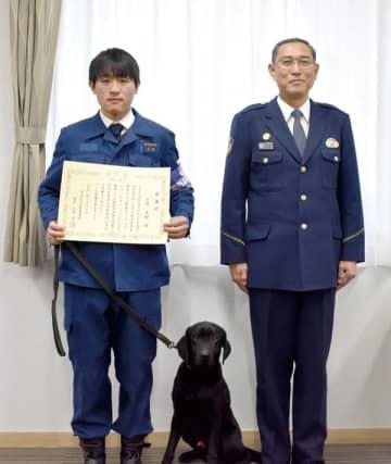 感謝状を受け取る久野友嗣さんと(左)ジェイピー号、近藤佑一署長=16日午後、所沢署