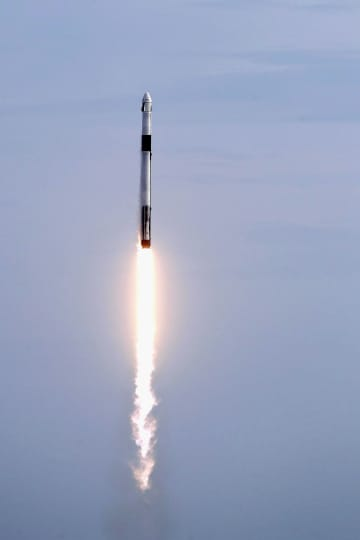米フロリダ州で19日、スペースXの有人型ドラゴン宇宙船の緊急帰還システムを試験するため、宇宙船を搭載して打ち上がるロケット(AP=共同)