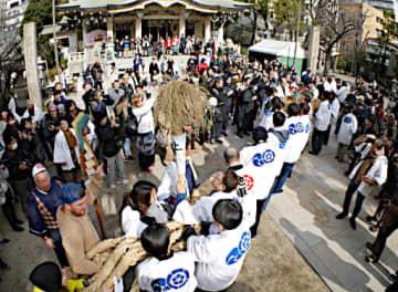 境内で八岐大蛇の大綱を引き合う奉仕者ら=19日、大阪市浪速区の難波八阪神社