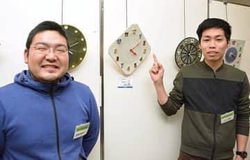 共同制作した時計と陶芸家たち=米子市西福原2丁目の米子天満屋