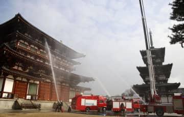 奈良市の世界遺産・薬師寺で行われた消防訓練。右は東塔=20日午前