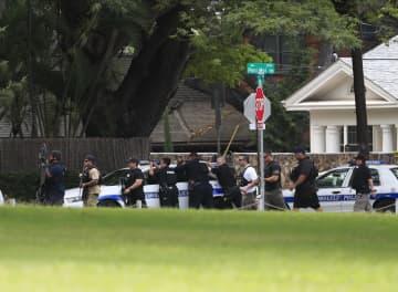 19日、ハワイ・ホノルルの銃撃現場で警戒する警官ら(JAMM AQUINO/ホノルル・スター・アドバタイザー紙提供、AP=共同)