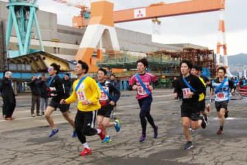 工場内のコースを力走する選手たち=長崎市、三菱重工業長崎造船所香焼工場