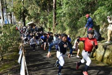 初代福男へ坂道激走 一般の部1位に消防士・中村さん いすみ・清水寺