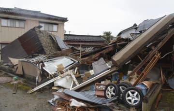 突風で倒壊した建物=20日午前、新潟県燕市