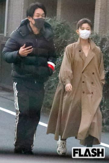 1月某日、朝倉の自宅マンションから出てきた2人