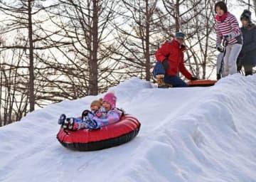 チューブ滑りなどを楽しむ市民でにぎわうさっぽろ羊ケ丘展望台