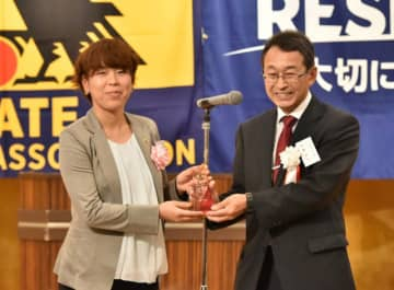 佐藤訓文会長から感謝状を受ける岩清水梓(左)=盛岡市