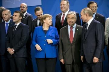 19日、ベルリンで開かれたリビア和平国際会議に出席したドイツのメルケル首相(前列中央)ら各国首脳(ゲッティ=共同)