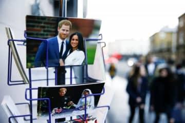 英王室としての公務を退くことが決まったヘンリー王子は19日、慈善イベントであいさつし、「このような結果になり、非常に悲しい」と語った。写真は、土産物店に飾られたヘンリー王子らの絵葉書 - (2020年 ロイター/Henry Nicholls)