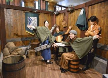 レストラン「進撃の巨人 調査兵団の食堂」に設けられた、キャラクター人形と記念撮影ができるコーナー=20日、大阪市