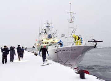 ロシア当局から解放され、国後島から帰港した「第68翔洋丸」=20日午後、北海道根室市の花咲港