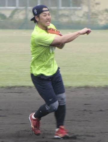 練習を公開した楽天の鈴木大=沖縄県内