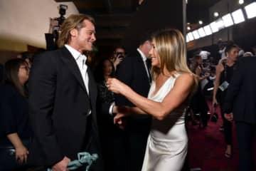全米映画俳優組合賞(SAG賞)のバックステージであいさつを交わすブラッド・ピットとジェニファー・アニストン