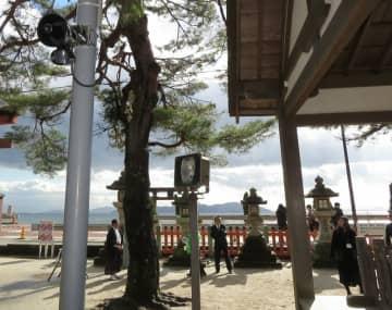 支柱の上部(左上)に設置され、3カ国語で注意を呼び掛けるスピーカー=高島市鵜川・白鬚神社