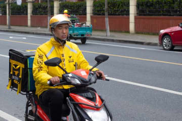 A Meituan driver delivers an order in Shanghai on March 22, 2019. (Image credit: TechNode/Cassidy McDonald)