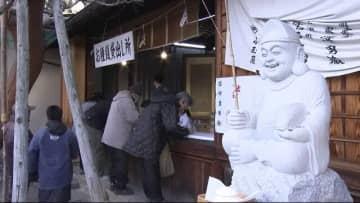 """西宮神社の初えびす""""お種銭""""に長い列 2日間で5000体全てなくなる… 商売繁盛、家内安全願って"""