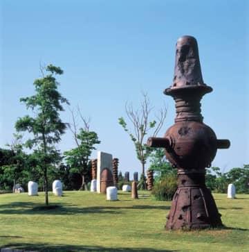 岡本太郎の「月の顔」など、15もの陶彫作品が点在する陶彫広場(越前陶芸村内)