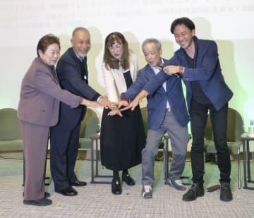 「希望大使」に任命された5人。左から春原治子さん、渡辺康平さん、藤田和子さん、柿下秋男さん、丹野智文さん=20日午後、東京都千代田区