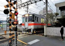 遮断機が下りないまま電車が通過していた踏切の一つ=20日午後、明石市二見町東二見
