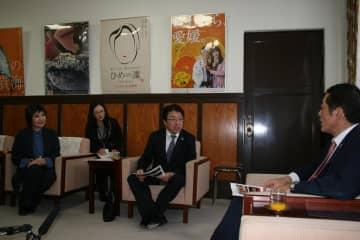 「第2回アジア8K映像演劇祭」の終了を中村時広知事(右端)に報告する台湾の女優・唐美雲さん(左端)ら