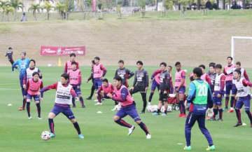 キャンプインし、軽快な動きを見せるファジアーノ岡山の選手たち=赤間総合運動公園