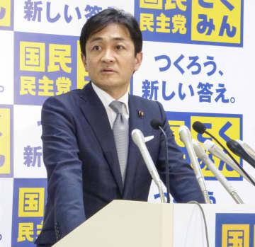 国民民主党の両院議員総会後、記者団の取材に応じる玉木代表=20日夜、東京・永田町の党本部