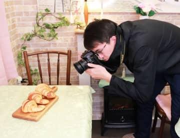 主力商品のイメージ写真を撮影する桝屋さん=長崎市、リトル・エンジェルズ