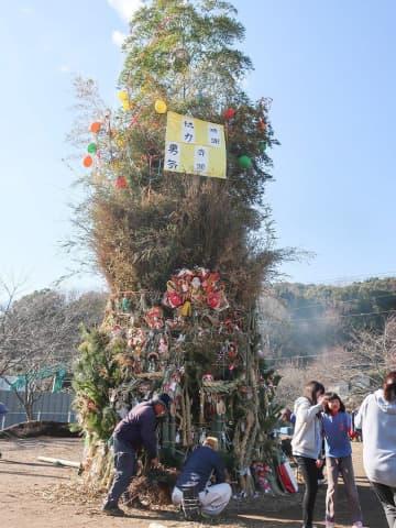 正月飾りや竹、ササなどを積み上げて燃やし、一年の安泰を祈った「どんど焼き」=葉山町木古庭