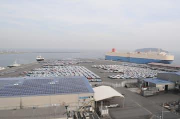 完成自動車を積み出す自動車運搬船が接岸する新港ふ頭=横須賀市新港町