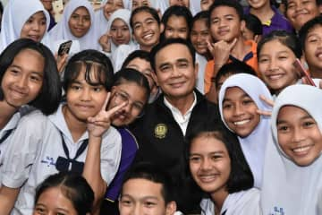 Prime Minister Prayut Chan-o-cha meets students in Narathiwat province on Monday. (Government House photo)